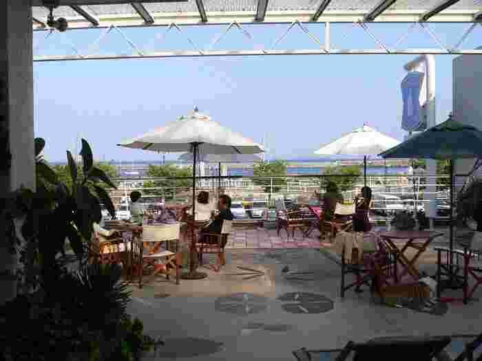 1947年創業の「ナギサコーヒー店」は、熱海マリーナを一望できるテラスが気持ち良い老舗の喫茶店。朝9時から営業しているので、ここでモーニングをいただいてから観光をスタートするのもおすすめです。