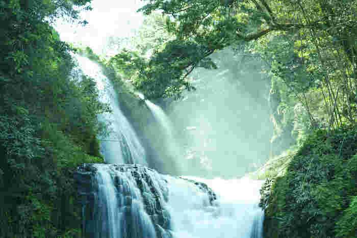 上段20m・下段10mの2段滝は、迫力満点!滝に住んでいた竜の病をお坊さんが治したという大蛇の伝説も残っています。