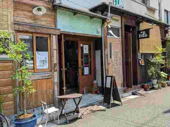 東西線の神楽坂から早稲田通りをすすみ、白銀公園方面にある「トンボロ」は、地元の方が足繁く通う喫茶店。古民家風のレトロな雰囲気が、神楽坂の街にしっくりとなじんでいます。