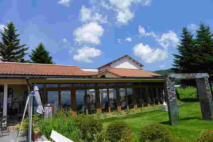避暑地軽井沢にピッタリの南仏風の建物が印象的な、アトリエ・ド・フロマージュ本店です。