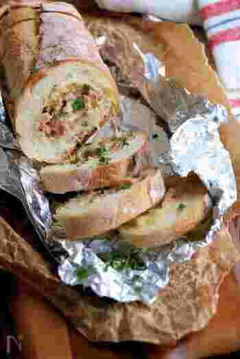 バゲットをくり抜き、具を詰めて焼くスタッフドバゲット。ピクニックはもちろん、ワインのおともなどにもマッチする絶品パン料理です。アルミホイルなどに包んで蒸し焼きのように仕上げます。