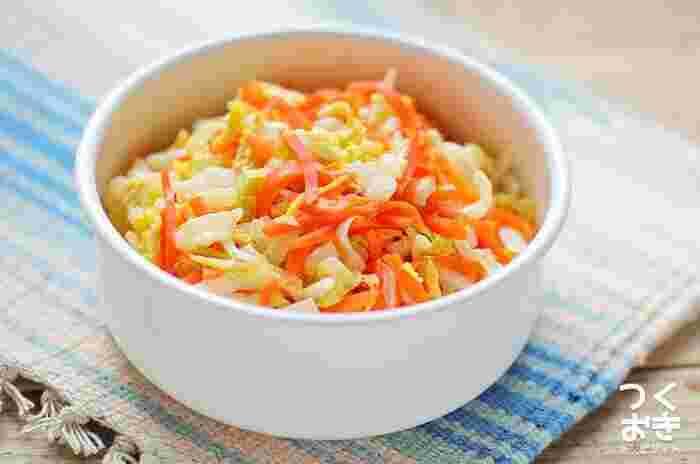 ビーフシチューを煮込んでいる間に、レンジで簡単に作れる副菜。濃厚なビーフシチューには、こんなさっぱりしたおかずが合いますね。作り置きもできるので、忙しいときにも便利。