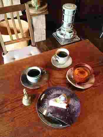 たっぷり注がれたコーヒーは器も素敵! 奥様手作りのデザートもファンの方が多いのです。