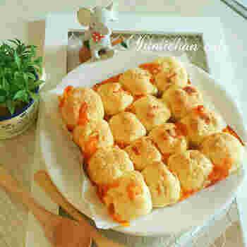 ホットケーキミックスを使って作るお手軽パン。カットしたベビーチーズがごろごろ入って、おいしい&楽しい♪