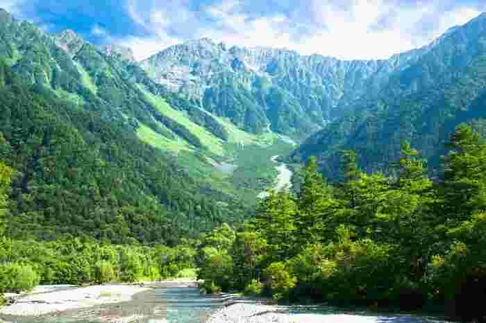 ホテルに泊まる、キャンプをする、ハイキングをして体を動かすなど色々な過ごし方ができる上高地。自分の脚で歩いてみて、木々や花に目を向けつつ、梓川の流れる音を聞きながら自然を体全体で感じてみてはいかがでしょうか?一度味わうと、その魅力の虜になるかもしれませんよ。