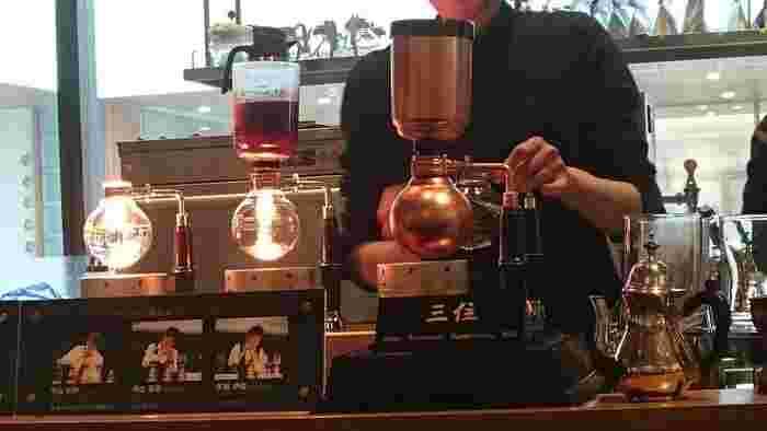 2014年、北陸新幹線の開業とともに全面改装された長野駅。県を代表するスペシャルティコーヒーの店は、駅ナカの「MIDORI」の3階に。おなじみのフレンチプレスで淹れたコーヒーをはじめ、エスプレッソ、そして、同店初という、サイフォンコーヒーが頂けます。