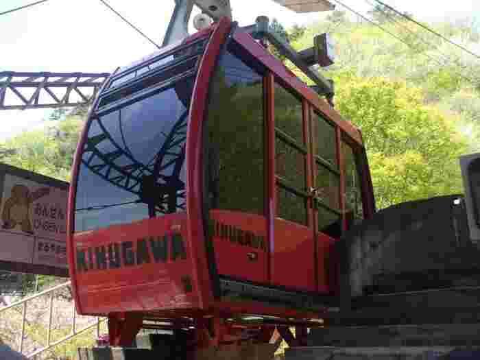 もうひとつ絶景スポットが、「鬼怒川温泉ロープウェイ」です。鬼怒川温泉駅から乗り場までは徒歩30分と少し距離があるので、タクシーを使うのもおすすめです。