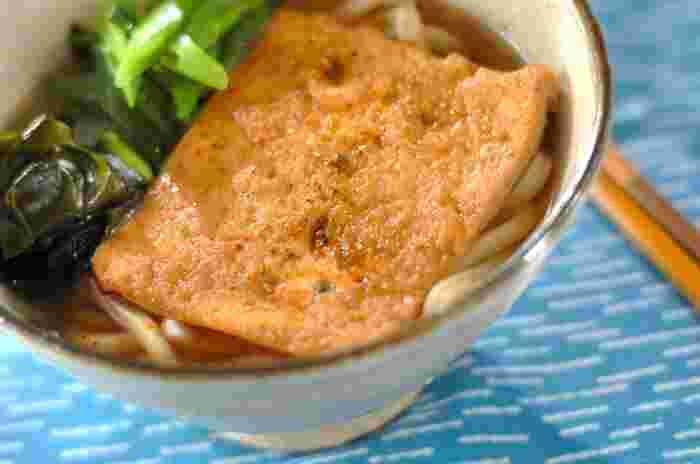 うどんのスープを作る材料は、だし汁、酒、醤油、みりん、塩。油揚げの煮汁もベースは同じで、あとは砂糖を加えます。家にある調味料ですぐに作れますね。