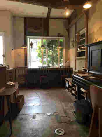 「喫茶carta(カルタ)」は、上でご紹介した「自家焙煎珈琲 六月の鹿」のように、アンティーク家具などがある落ち着いた空間を愉しめるカフェ。