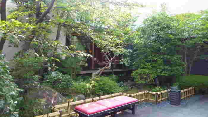 東京の下町・巣鴨の天然温泉。ミネラルを豊富に含み、お肌の保湿にも効果的です。露天風呂と内湯の双方があり、内湯はぬる湯となっているので長時間ゆっくりと浸かっていられますよ。  ボディスクラブやミストサウナなど女性に嬉しい施設も!