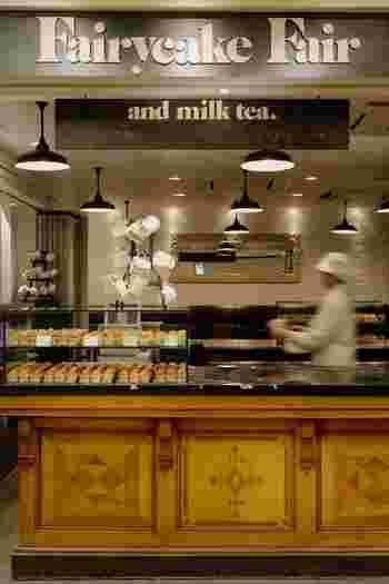 東京駅グランスタ内にある、お菓子研究家・いがらしろみさんプロデュースの、イギリス式カップケーキのお店。イギリスではカップケーキのことをフェアリーケーキと呼ぶそうで、お店はそんなフェアリーケーキの縁日をイメージし、見ても食べても楽しいお菓子づくりを目指しているそう。