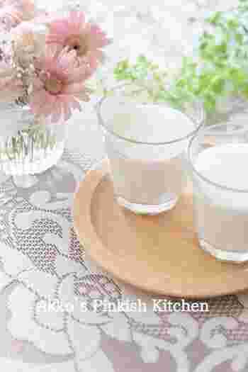 甘酒とヨーグルト、豆乳をミキサーで混ぜるだけの簡単シェイク。ビタミンB群や乳酸菌、イソフラボンやオリゴ糖など、美容と健康によい成分がたっぷり入っており、満腹感もばっちりです。