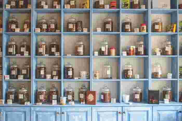 専門店でお茶やコーヒーを選ぶのもちょっとした楽しみになります。ハーブティー・紅茶・日本茶・コーヒーなど、いろいろな種類の飲み物を楽しんでみましょう。