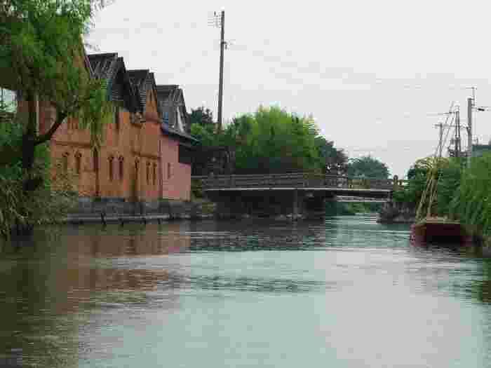 「日吉神社」や「なまこ壁」など柳川の名所を巡りながら、ゆっくりと進んでいきます。こちらは明治24年に建てられた「並倉」で国の登録有形文化財に指定されています。舟頭さんがガイドをしてくれるので、名所についての理解を深めることができます。舟歌を聴きながら、のんびりと約70分の舟旅を満喫しましょう。