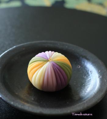 約1時間の体験レッスンでは、季節の上生菓子を三つ作ることができます。和菓子のモチーフは月ごとに変わり、花や動物など、手毬ならではのデザインや美しい色合いもお楽しみのひとつ。