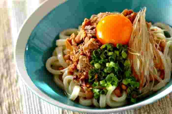 うどんの上にみそ煮のサバ缶、納豆やみょうがをどーんと乗せるだけのお手軽レシピ。めんつゆがサバと納豆の味を品良くまとめてくれます。時間がない時のメイン料理にいかがですか?
