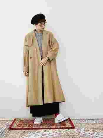 ゆったりサイズのベージュのトレンチをロングスカートに合わせて。ちらりと見える赤のソックスがいいアクセントになっています。