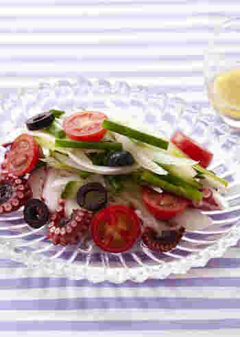 タコは、その歯応えの楽しさや、どんな食材にもなじむくせのなさなどから、カルパッチョの具材としてとても人気です。オリーブの実やケイパーなどを散らすとおしゃれになりますね。