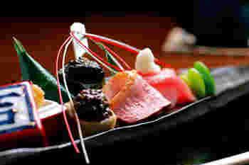 西京焼きがメインの懐石料理は、前菜・椀物・蒸し物、焼き物と、一品ずつ食卓へ供されます。風情ある店内で、ゆったりと食事を頂けます。