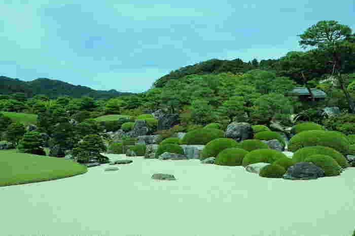 「足立美術館」の名園は、紹介した「枯山水庭」・「苔庭」・「白砂青松庭」の他に、「寿立庵の庭」・「池庭」・「亀鶴の滝の庭園」があり、全部で6つの庭園があります。