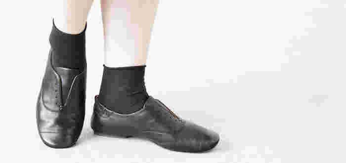 程良いツヤ感がシックな「volare」のレザーフラットシューズ。バレリーナシューズをさらに進化させた製法でつくられているので、軽くソフトな履き心地。屈曲性に富み、足の動きにしなやかにフィットします。