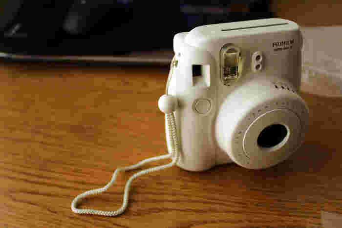 ポラロイドカメラと言えば「チェキ!」と答える女子は多いはず!ご存知FUJIFILMの大ヒット商品チェキは、デジカメが普及した今でも国内外で人気のインスタントカメラです。