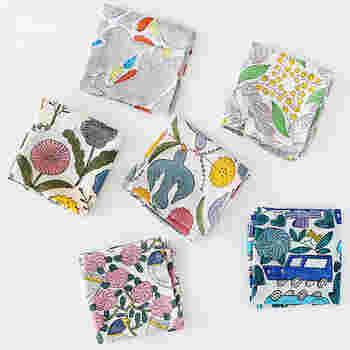 心踊るカラフルな色合いに愛くるしいデザイン。素朴な風合いが魅力のこちらは、人気陶芸作家・鹿児島睦さんがデザインする木版のハンカチです。
