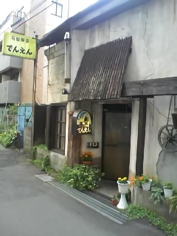 1957年創業。国分寺駅北口からわずか数分のところにある、大正時代の米蔵を米蔵を改装した建物です。勇気を出して扉を開けてみましょう。