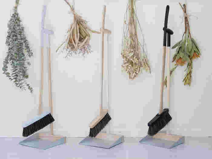 ポーランド生まれのお洒落な掃除道具「スタンドブルームセット」。ほうきとちりとりはセットしておけるので、バラバラにならずにスッキリ収めておけます。掛けたときブラシ部分が地面に付かない構造になっているので、毛先が痛みにくいのもうれしいポイント。