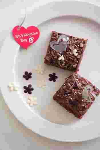 ミルクチョコレートをピーラーで削って、ブラウニーにトッピング。アラザンやチョコペンで描いた飾りもオシャレです。
