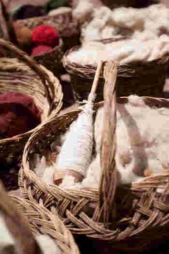 編み物用に紡ぐなら量がたくさん必要になるので、比較的安価に手に入れられる羊毛の専門店での購入をオススメします。原毛をいかしたナチュラルな風合いのものから、お店できれいに染色された鮮やかな色のものまで、悩んでしまうくらいたくさんの羊毛がありますよ。