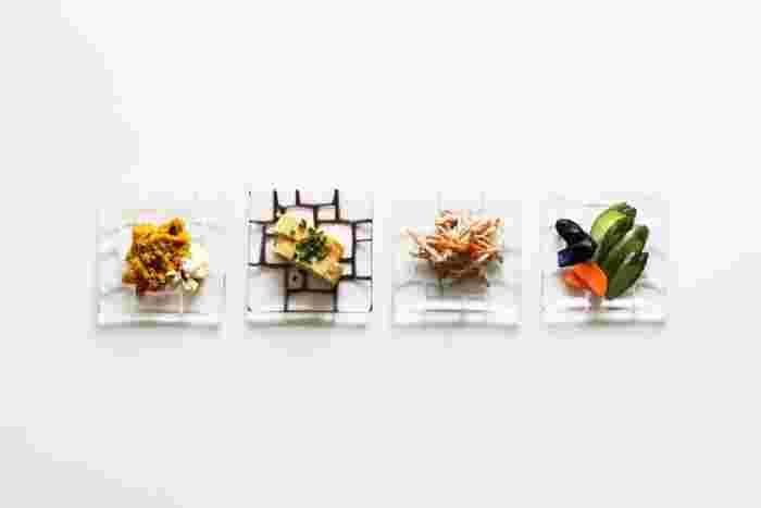 そこにあるだけで清々しい気分させてくれるガラスの器。こちらのお皿は、キルンワークという技法で生み出されるモザイク柄がユニーク。ガラスの透明に馴染むカラフルな線が、ポップで可愛くて、リズミカルにも感じます。ちょこんと料理をのせると、それぞれとても楽しげな表情ですね。