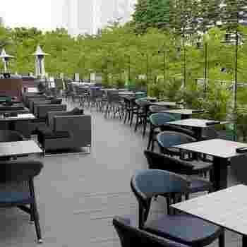 """東京ミッドタウンでひと際目を惹くテラス席があるのが「NIRVANA New York(ニルヴァーナ ニューヨーク)東京」。店名は、サンスクリット語で""""地上の楽園""""を意味し、都会にいながら開放的で優雅な気分を味わえます。"""