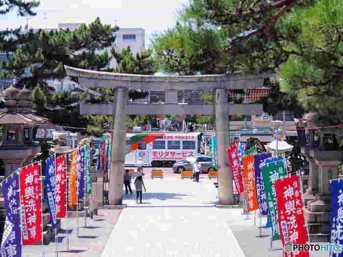 大阪市内随一の初詣スポットとして人気がある住吉大社は、全国各地に鎮座している住吉神社の総本社です。伝承によると211年に創建され、1800年もの歴史を誇る住吉大社は、地元の人々には「すみよっさん」と呼ばれており、日本国内外から大勢の参拝者が訪れています。