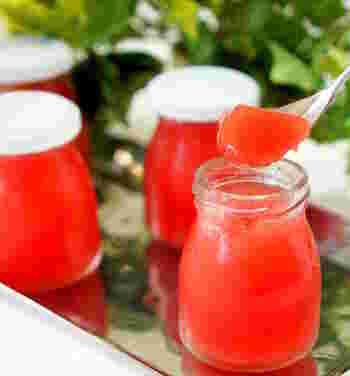 鮮やかな赤色が綺麗なスイカのゼリー。スイカ以外に必要なのはゼラチンとはちみつだけ、と少ない材料で作れるのも嬉しい。