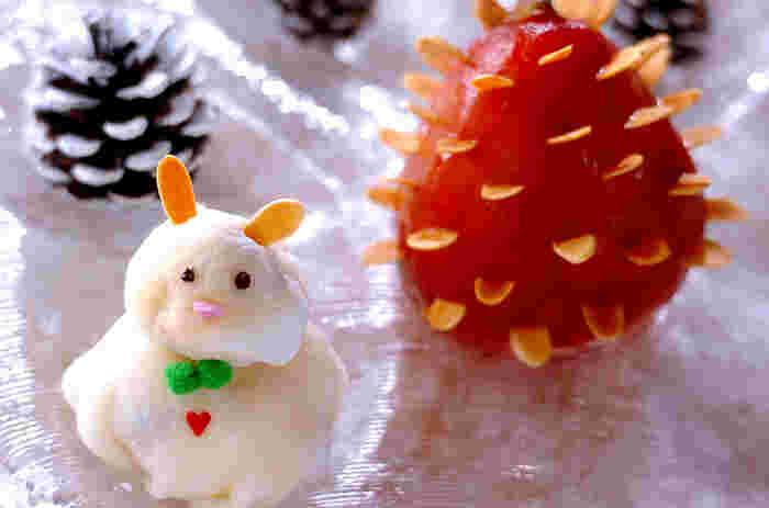 雪だるまアイスと、洋ナシを松ぼっくりに見立てた遊び心のあるスイーツです。