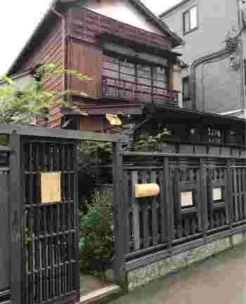 西荻窪のアーケードを抜けて、路地を入ったところにあるお店。昭和の古民家を改築したこちらは、石見銀山を拠点に「田舎暮らしの中で見つけた文化、美しさ」を発信している群言堂が営むカフェです。