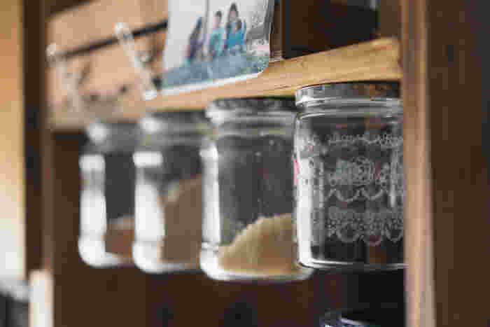 キッチンでの見せる収納は掃除が大変。そんな概念を覆すような浮かせる収納。棚に調味料の瓶ごと接着し、使うときは瓶を回して取るのだそう。片手で使いやすいうえ、掃除が楽になります◎