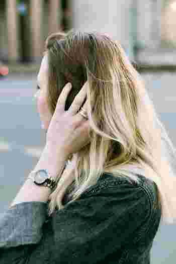 """ストレスや睡眠不足などによる""""血行不良""""も、白髪の原因の一つと言われています。毎日バランスの良い食事を心がけていても、頭皮の血流が悪いとメラノサイトに十分な栄養が供給されず白髪・抜け毛の原因に。そんな血行不良の改善策として注目されているのが「ヘッドマッサージ」です。マッサージを行う際は、以下の動画をぜひ参考にしてみてくださいね。"""