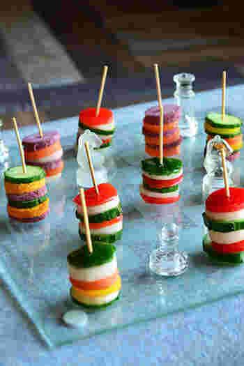 野菜を丸く型抜きして好きなように並べてみるだけで、こんなに可愛いフィンガーフードの出来あがり♪