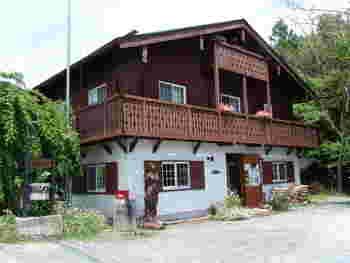 オーストリアのチロル地方の山小屋をイメージしたというロッジ風の外観が、八ヶ岳らしいですね。