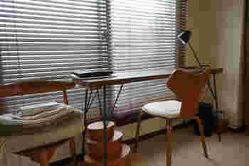 シェーカーボックスのような蓋付きケースも、ディスプレイのようにおしゃれ。 サイズ違いで揃っているアイテムなら、ステーショナリーや日用雑貨など細々したモノを仕分けできます。  ウェグナーやヤコブセンの椅子とも調和し、木の色調も揃えてあるので、洗練された空間が生まれています。
