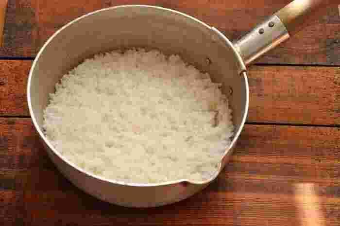 なんと、雪平鍋でご飯が炊けちゃうんです!一般的な雪平鍋にはフタがついていないので、アルミホイルで簡易的なフタを作って代用します。意外とお手軽に短時間でおいしいご飯が炊けるので、ぜひ挑戦してみてくださいね。