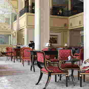 世界の名だたるホテルをデザインしてきた、ジョン・グラハムが手がけた「リーガロイヤルホテル東京」。エントランスの奥に広がる吹き抜けの空間に「ガーデンラウンジ」はあります。
