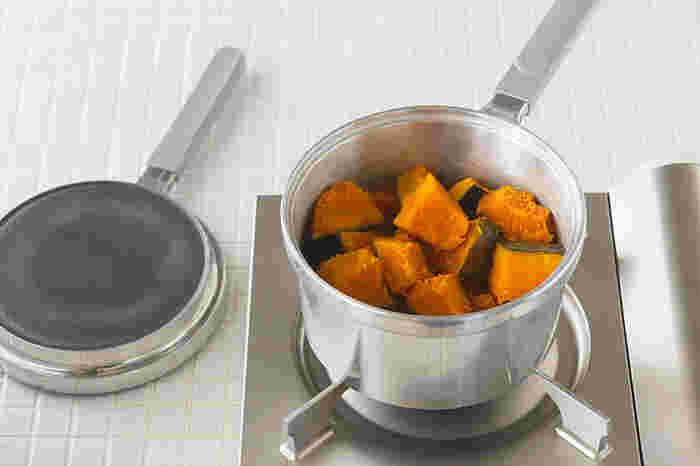 無水調理だけでなく、炊く、蒸す、煮る、揚げるなど8役をこなす万能鍋。片手で扱えるので小回りが利き、使い勝手の良さは抜群。片付ける暇がないくらい、毎日活躍してくれそうです。