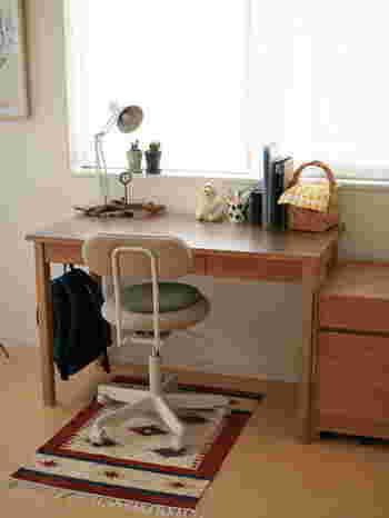 小学生の男の子の机も無印のものをチョイスすれば、こんなに落ち着きのある雰囲気を醸し出すことができるんです!キャスター付きの椅子も無印のものですが、すべりすぎないよう、遊んでしまわないよう、ラグを敷いているそうです。