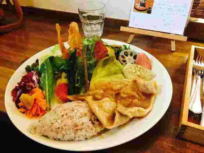 人気の「菜園プレート」は、大きなお皿に色々な野菜がたっぷり盛り付けてあります。色もカラフルで目にも楽しいですよね。お野菜の味が活きるように、生、茹で、焼き、揚げなど、さまざまな味と食感で、メインはお肉とお魚から選べます。