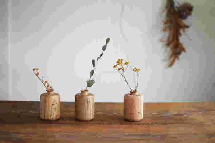 虫喰いのナラの天然木を使った木のフラワーベース。ひとつとして同じものがない、自然からの贈り物。秋の草花を活けるには、ぴったりなのではないでしょうか。野山の光景が浮かぶようです。