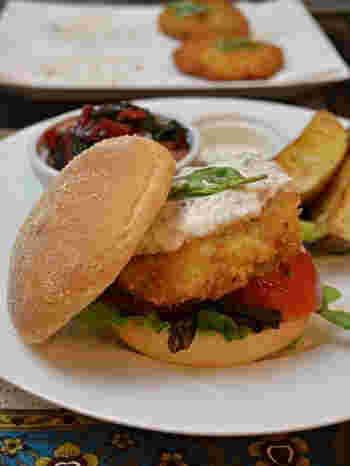 下平目と海老を使った贅沢なフィッシュバーガーは、タラゴンとレモンの香りも素敵なアクセントになっています。ディナーにも出せそうな大人のバーガーですね。