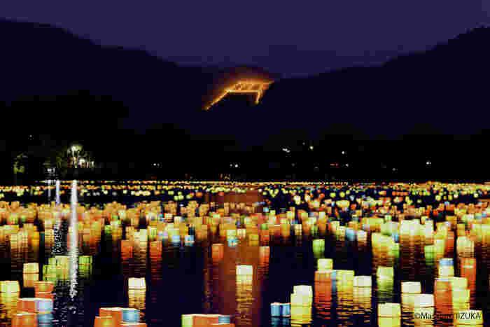 五山の送り火が行われるときは、桂川に無数の燈籠が浮かびます。燈籠のゆらめき、山に浮かぶ鳥居型の送り火が織りなす光景は幻想的で、いつまでも眺め続けていたくなる魅力が漂っています。